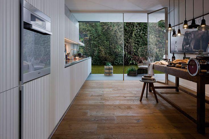 Cucina modello Gamma by #ARCLINEA. Gamma con anta a listelli verticali laccata bianca, piano in Quarzo Tech Titan. Visibile nello showroom di Stefania ARREDA