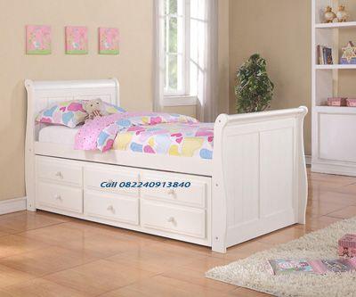 Ranjang Anak Minimalis ini di desain dengan dua tempat tidur dengan dibawahnya terdapat laci yang bisa untuk menempatkan berbagai keperluan sang buah hati anda.