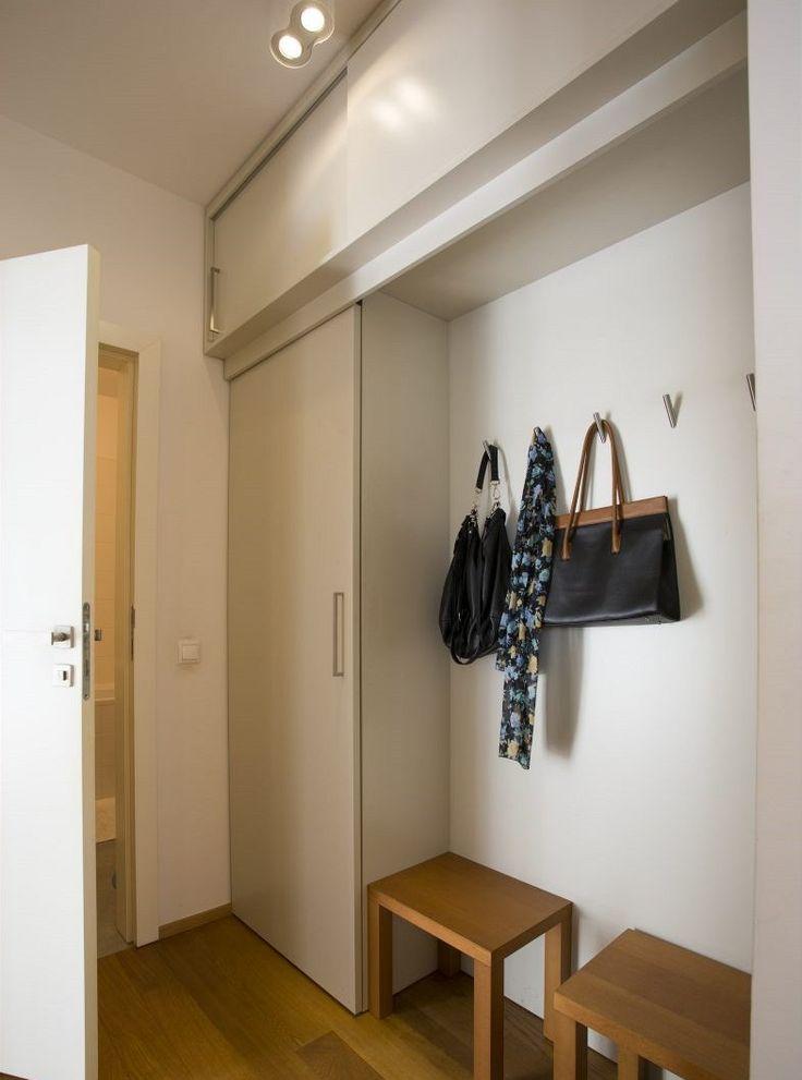 Úložných prostor není nikdy dost. Tady vznikly další umístěním skříněk i pod strop.