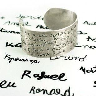Brazalete personalizado Este brazalete es ideal como regalo para fin de curso con los nombres de los niños o para una abuela con el de todos sus nietos. Sin duda, será inolvidable.