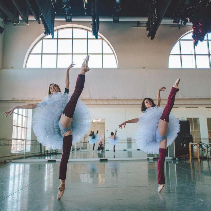 реальная съемка тренировки балерины представляла красивые пенисы