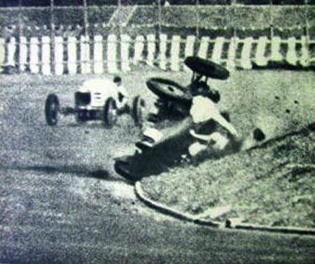 本田宗一郎さんのクラッシュ? ではなく、昭和12年4月18日の第1回関東自動車競争大会でのクラッシュシーンのようです。