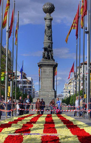 Plaza de Aragón en Zaragoza el día de San Jorge.Es  la bandera de Aragón , como puede terminar siendo bandera de Un hipotetico pais que nunca ha existido?