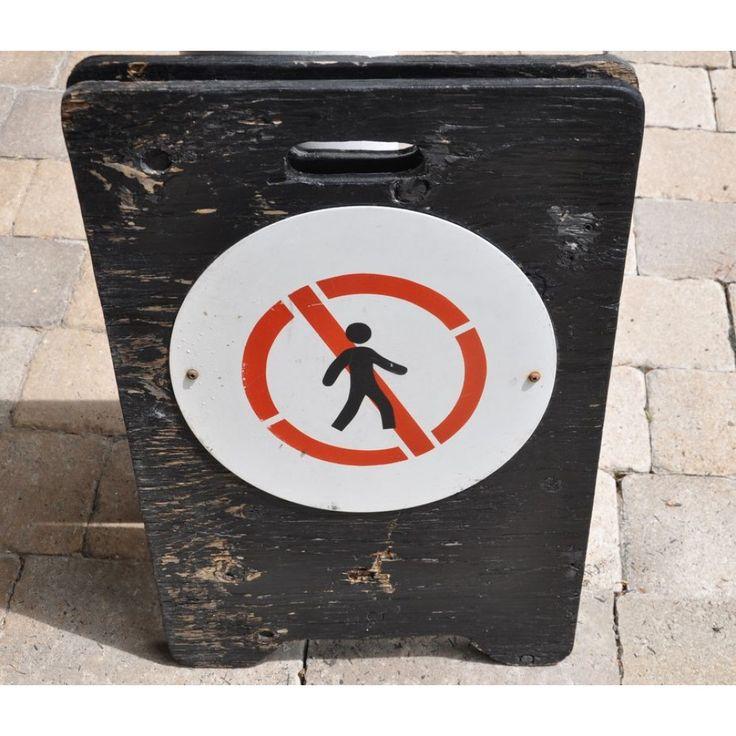 Panneau d'interdiction vintage en métal sur support de bois noir-2