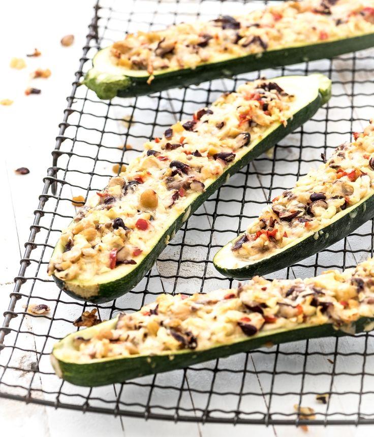 Lekker gezond recept voor gevulde courgette uit de oven met zoute ansjovis, zachte bonen en kaas. Voor dit snelle recept sta je maar 5 minuten in de keuken!