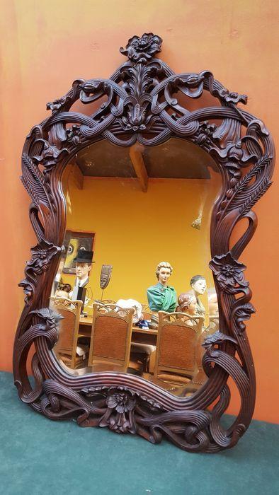 mooi stukje snijwerk , volledig handwerk , zorgvuldig uitgestoken kader met geslepen spiegelglas  massieve mahonie , goede patina , 97 cm hoog en 62 breed  liefst zelf afhalen , verzending mogelijk , verzekerd en track and trace