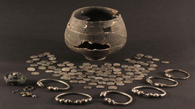 Archeologen ontdekten een potje waar de nieuwe toegangsweg van Den Haag komt. Daarin zaten 107 zilveren munten, zes zilveren armbanden, een grote verzilverde speld van een mantel en een paar glazen kraaltjes.