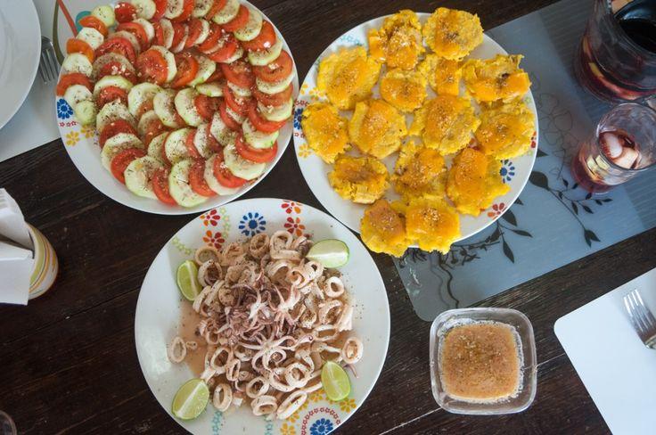 Visiter le Panama, une destination à ne pas manquer (Detour Local) -> Calamar frit, tostones maison sur les abords du Pacifique, Panama www.detourlocal.com/que-faire-panama-destination/