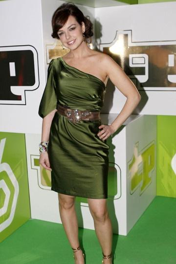 Maquillaje y accesorios para vestido verde