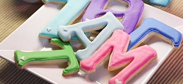 Μπισκότα, ξυλάκια παγωτού, τσόχες και... αλάτι επιστρατεύονται για να μάθουν τα παιδιά το αλφάβητο με τον πιο διασκεδαστικό τρόπο!