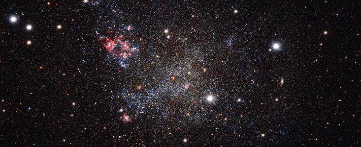 Molte galassie sono zeppe di polvere, mentre altre mostrano rare strisce opache di fuliggine cosmica che turbinano tra le stelle e il gas. Ma la galassia ritratta in questa immagine, ottenuta con la camera OmegaCAM montata sul telescopio per survey del VLT (VST) dell'ESO, in Cile, è insolita - la piccola galassia, nota come IC 1613, è una vera maniaca della pulizia! IC 1613 contiene pochissima polvere, e ciò permette agli astronomi di esplorarne il contenuto con molta chiarezza. Non è solo…