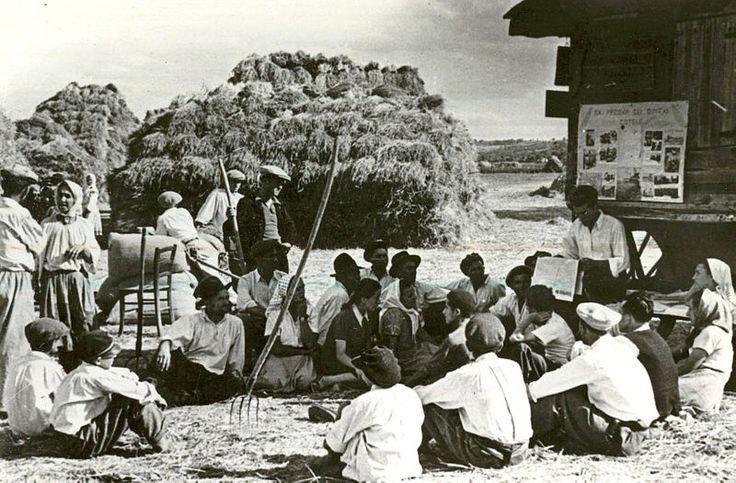 Tarani romani citind ziarul,  Livezeni, Argeş County, Romania 1950