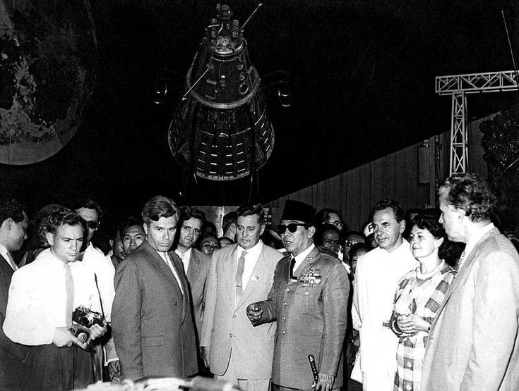 Kunjungan Bung Karno ke Rusia 1961, berada dalam sebuah paviliun pada pameran ruang angkasa di Moskow.