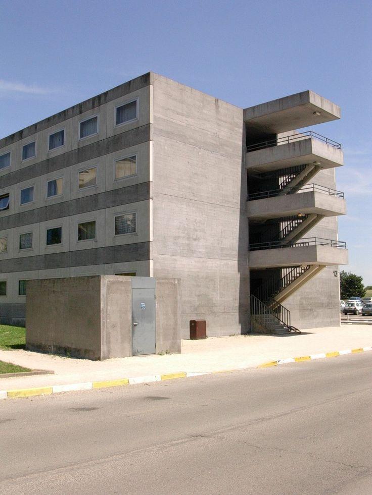 Herzog & De Meuron | Residencia Estudiantil Antipodes | Dijon, Francia | 1992 | Organizado como conjunto de unidades lineales situadas a lo largo de una espina de circulación con grandes galerias abiertas. Los muros exteriores están formados por muros in-situ de hormigón tintado y paneles prefabricados de hormigón ligero con carpinterías de aluminio. Todas las unidades son similares y las ventanas son todas iguales. El  campus universitario sigue el modelo de edificios aislados en el parque