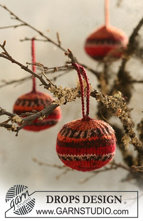 """Knitted DROPS Christmas balls in """"Fabel"""". ~ DROPS Design"""