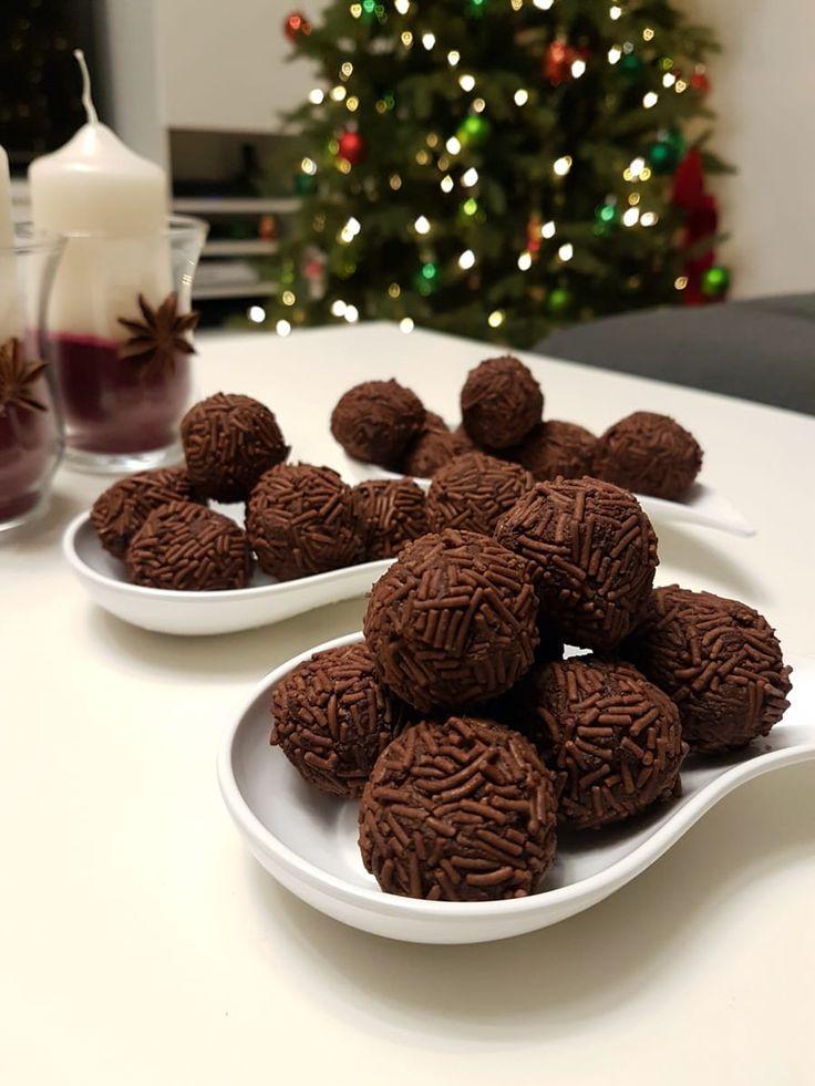 Einfaches Rezept für selbstgemachte Rumkugeln – super easy, blitzschnell und wahnsinnig lecker! Magst du Rumkugeln? Ich liebe diese Nascherei, vor allem zu Weihnachten passen sie perfekt. Bislang haben wir nur fertige Rumkugeln gekauft, selbstgemacht haben wir sie noch nie – dabei ist die Zubereitung super einfach! Bis auf das Reiben der Schokolade und die Wartezeit …