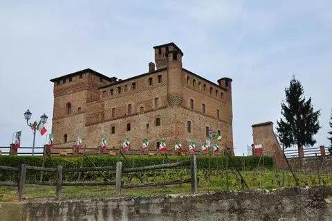 Старинный замок в итальянском городе Гринцане-Кавур