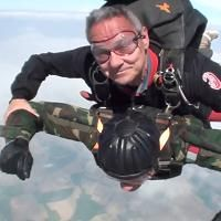In volo con il paracadute a 96 anni