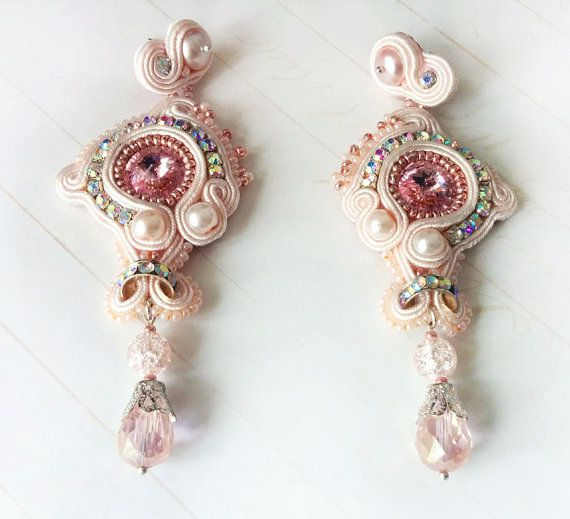 Etsy の Light-rose soutache earrings by JewelryhandbagStudio