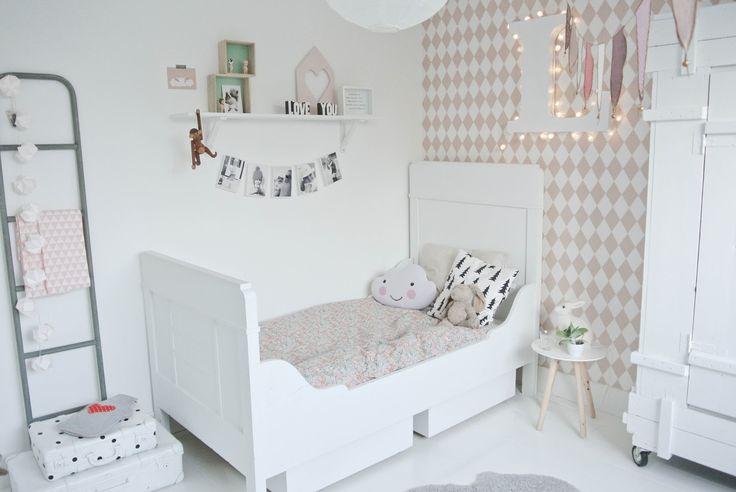 Een bureautje op Lola's kamer was het uitgangspunt van een totale make-over. Ze wilde graag een plekje op haar kamer waar ze kon knutselen en dus....Hele kamer omgegooid :)Het grijze wandje werd weer