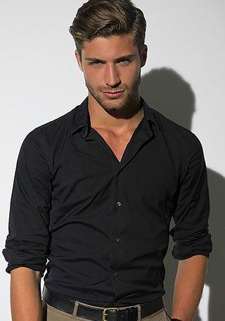 黒シャツ1枚×チノパンの男らしい着こなし(メンズ) | Italy Web  #メンズファッション #チノパン #menstyle