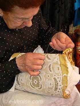 La Maestra Emma Vidal con los bordados típicos de Burano