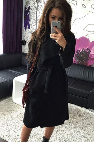 Płaszcz damski z szerokim kołonierzem.