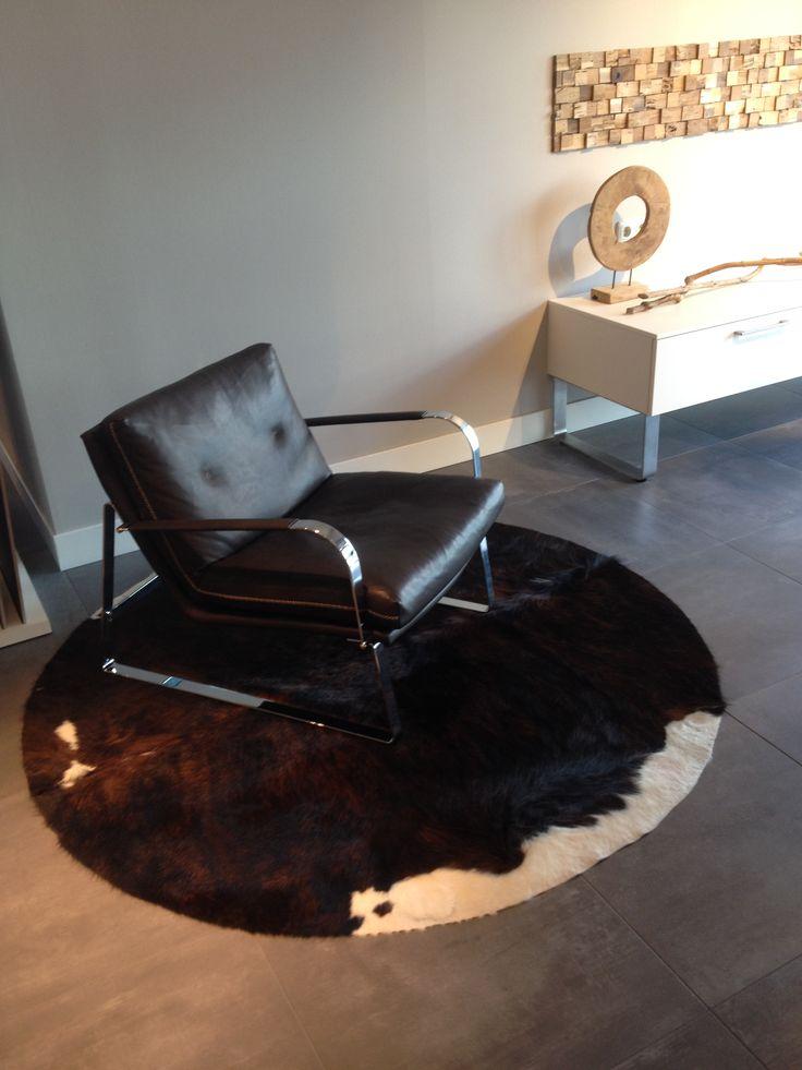 Relaxte stoel voor in uw keuken | Leefkeuken | Bijpassend dressoir in stijl van uw keuken |. Ga voor keukeninspiratie naar: www.keukenstudiostoof.nl