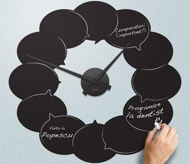 Un ceas de perete de doua ori mai util decat un ceas obisnuit. Fabricat din autocolant de perete din ardezie si insotit de un mecanism Karlsson, acest ceas de perete va fi remider-ul dumneavoastra de fiecare zi. Notati intalnirile importante si odata incheiate, le puteti sterge cu buretele si nota altele.