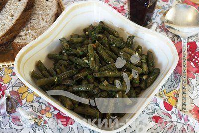 Маринованная стручковая фасоль https://www.great-cook.ru/1054-marinovannaya-struchkovaya-fasol.html  Маринованная стручковая фасоль — это замечательная овощная закуска. Впрочем, это блюдо можно назвать полностью самостоятельным и подавать его как салат, с хлебом.   Как вариант — добавить какие-либо другие овощи (например, картошку, помидоры, огурцы) и сделать салат из нескольких ингредиентов.  А можно подать маринованную фасоль с любым гарниром — круглым картофелем или пюре, макаронами…