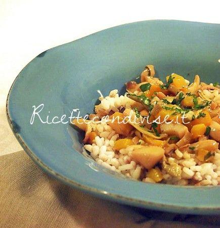 Insalata di cereali con seppie, carciofi e peperone di Marco di Una cucina per Chiama E' un ottimo piatto unico, soprattutto per la stagione estiva. Fresco ma molto nutriente e può essere preparato in anticipo e mangiato freddo. Ingredienti per 4 persone: - 350 gr. tra riso, orzo e farro - 1 kg. di seppie pulite - 300 gr. di carciofi sott'olio - 1 peperone giallo - 1 cipolla bianca - prezzemolo - pepe bianco - sale - paprika dolce - olio extravergine d'oliva Descrizione della preparazione…