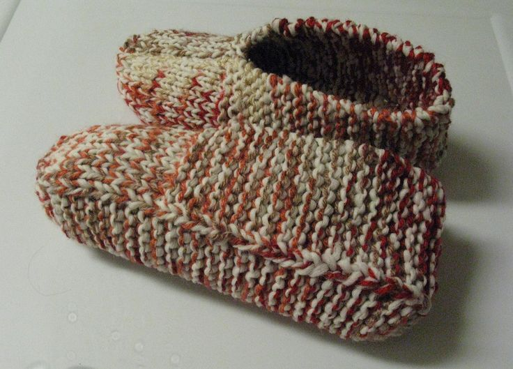 Voici un modèle qui se tricote avec deux fils en même temps. Ce sont des pantoufles très extensibles. J'ai fait la grandeur Homme. Version imprimable Fournitures : Laine acrylique, couleur foncée (...