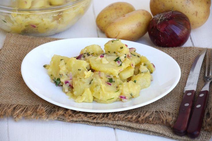 L'insalata di patate tedesca, o Kartoffelsalat, è un'insalata saporita e un po' particolare, per certi versi forse più simile a quella svedese che fa mia zia