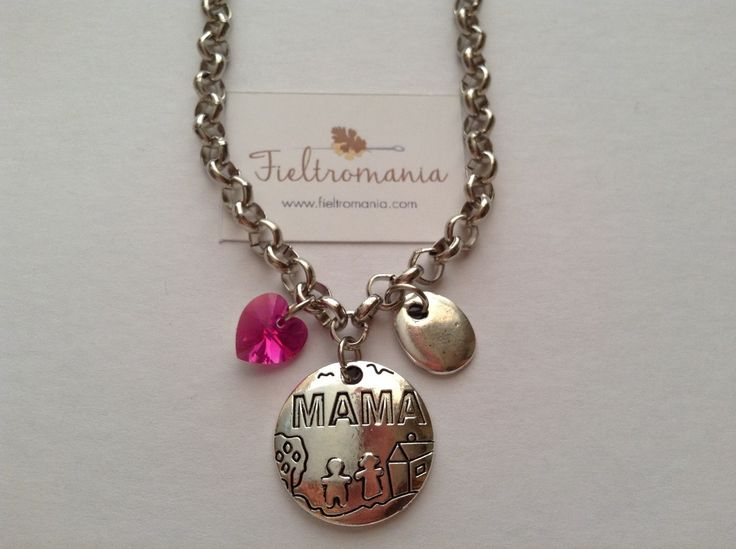 Colgante Mamá Colgante Medalla Mamá (22 x 22 mm) con colgante plano bañado en plata y corazón de cristal Swarovski a elegir en color rosa, verde o ámbar.