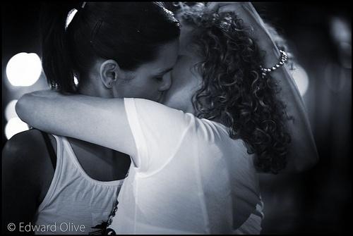 Girls kissing 1 - Edward Olive lesbian wedding photographer - fotografo para bodas lesbianas