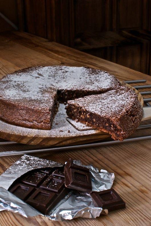 """Esta tarta caprese es una de las recetas de """"dolci"""" más tradicionales de Italia, un pastel a base de almendras y chocolate, relativamente ligero ya que no lleva harina. Nuestro Thermomix será una ayuda excelente para preparar este pastel, para montar la masa y las claras, que deben tener un punto de nieve fuerte para …"""