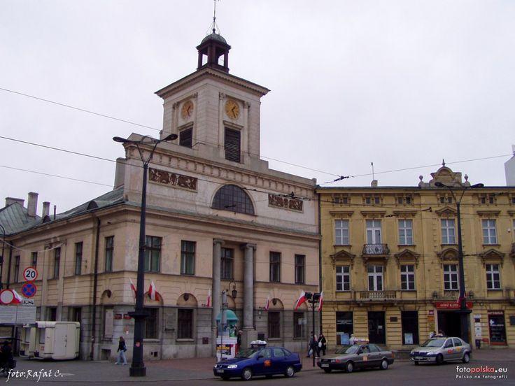 Ratusz w Łodzi - obecnie mieści się tu Archiwum Państwowe. Został wzniesiony w 1827 r. w/g projektu Bonifacego Witkowskiego, jest to najcenniejszy i najstarszy w Łodzi zabytek architektury klasycystycznej. Ratusz był jednym z pierwszych murowanych budynków w Łodzi. Budynek posiada niewielką wieżyczkę, na której znajduje się zegar (dar fabrykanta Karola Schlössera z Ozorkowa w 1834) i dzwon.Szczyt wieżyczki wieńczy sygnaturka.