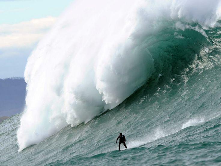 Dinsdag 7 januari 2014: Een man surft op een van de gigantische Belharra-golven voor de kust van het Franse Urrugne.