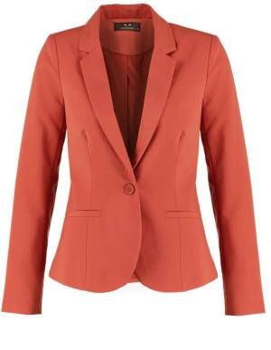 Modstrom Tilde Blazer Dried Poppy Blazer De Mujer El blazer fue diseñado por y para el hombre, fue Coco Chanel quien lo introdujo en la moda de los años 20 como prenda femenina, combinada con falda plisada, camisa y corbata.
