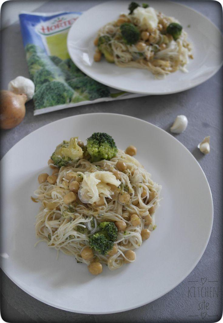 Makaron ryżowy z brokułami i ciecierzycą