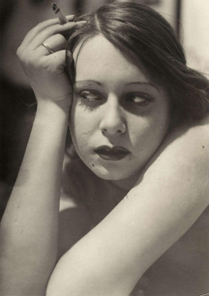Prostitutie, amusement. Meisje,make-up,  met weinig kleding aan en een sigaret in de hand. Volgens het artikel een zgn. 'Apachen-figuur', meisje in de amusementswijken van de wereldsteden. Geen model, maar een echte 'Apache'.