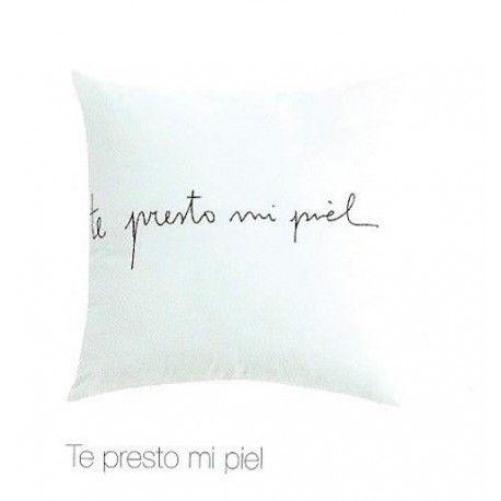 """Cojín Te Presto Mi Piel. Decora tu cama o sofá con este bonito cojín de algodón de color blanco y llena tu casa de amor y mensajes positivos con el lema que nos muestra este cojín """"Te presto mi piel""""."""
