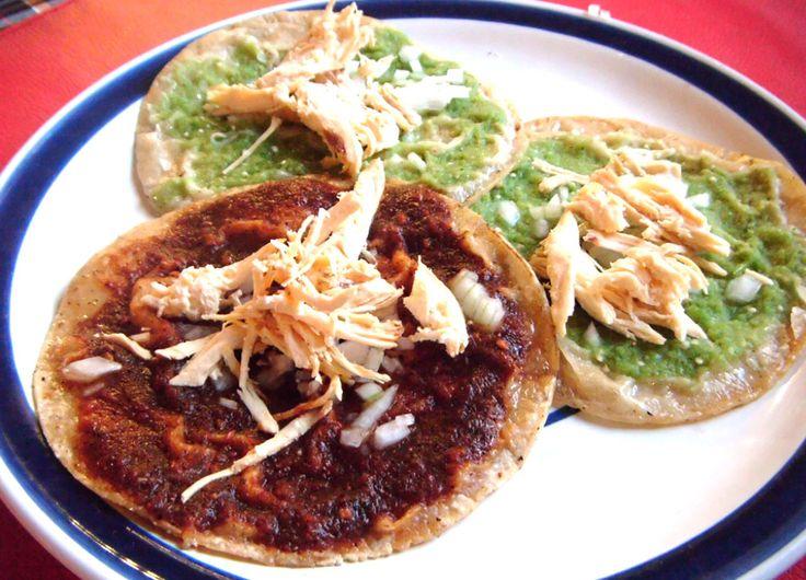 Delicioso platillo típico del estado de Puebla, prueba estas chalupas de pollo acompañadas de salsa verde y salsa roja.  Receta: http://recetas-mexicanas.com.mx/chalupas-pollo