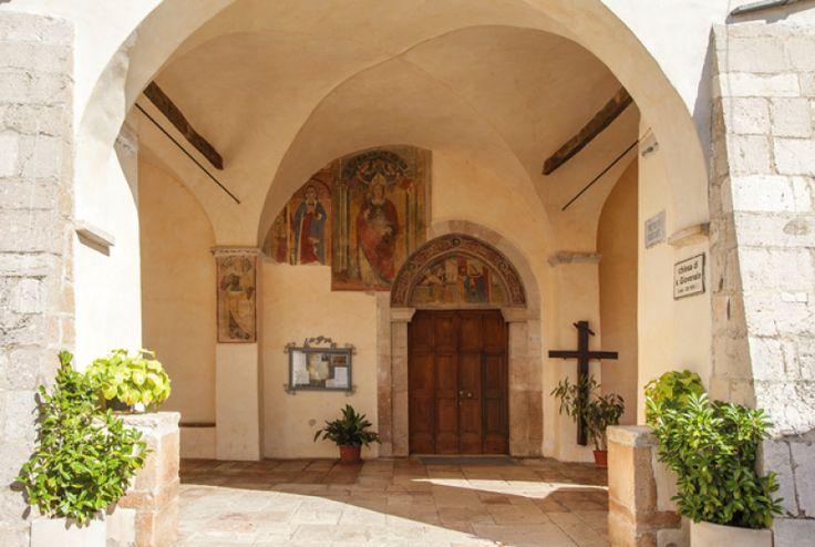 Chiesa di San Giovenale - Nell`atrio, abbellisce l`anta sinistra una grande Annunciazione eseguita nel 1561 da Vincenzo e Girolamo Sparapane