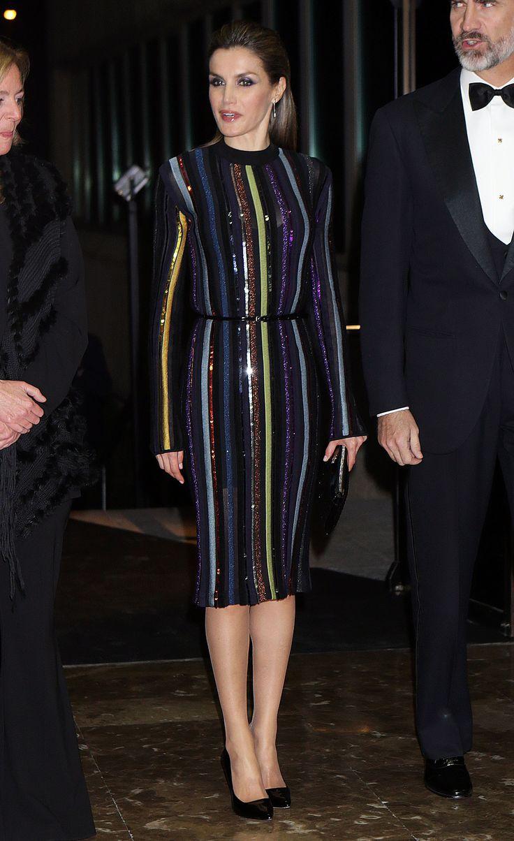 La reina Letizia en los premios ABC : Mariano de Cavia, Luca de Tena y Mingote 2016. Con vestido de #Ninaricci vestido de manga larga, ceñido y a rayas verticales de colores