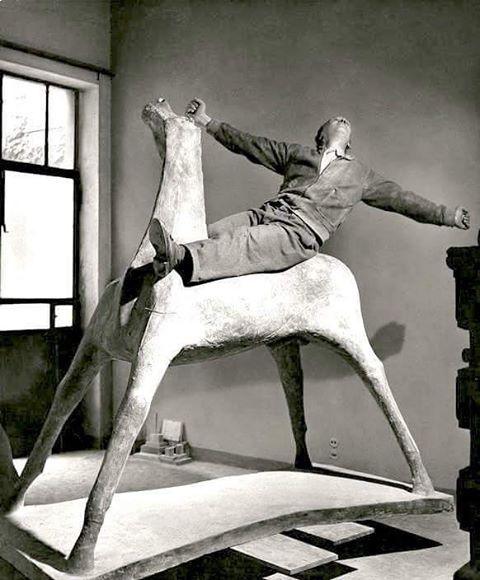 J'adore cette photo de Marino Marini, en 1952, perché sur une de ses sculptures dans son studio de Milan, super photographe que Herbert List.