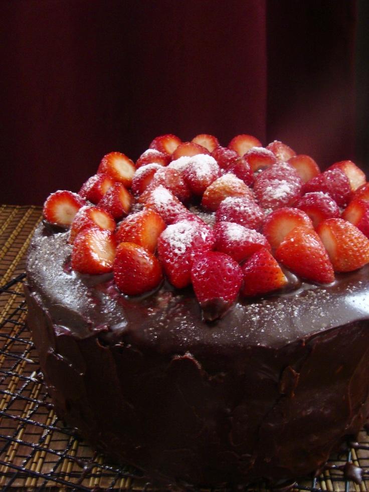 Pastel de ganache y fresas. No importa dónde lo lleves o para que celebración lo quieras, simplemente estos sabores no pueden fallar.Pequeña (10 a 15 porciones)... $ 34.000 Mediana (20 a 25 porciones)... $44.000 Grande ( 26 a 32 porciones)... $ 53.000