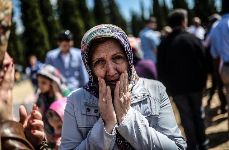 Une femme pleure alors qu'elle visite le cimetière de Soma, en Turquie, où ont été inhumées les 301 victimes de la catastrophe minière