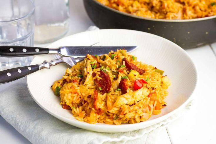 Recept voor kip en chorizo jamalaya voor 4 personen. Met zout, olijfolie, peper, kippenbout, chorizo, rijst, kippenbouillon, ui, knoflook, cajunkruiden, tomatenblokjes in blik en Italiaanse roerbakgroente
