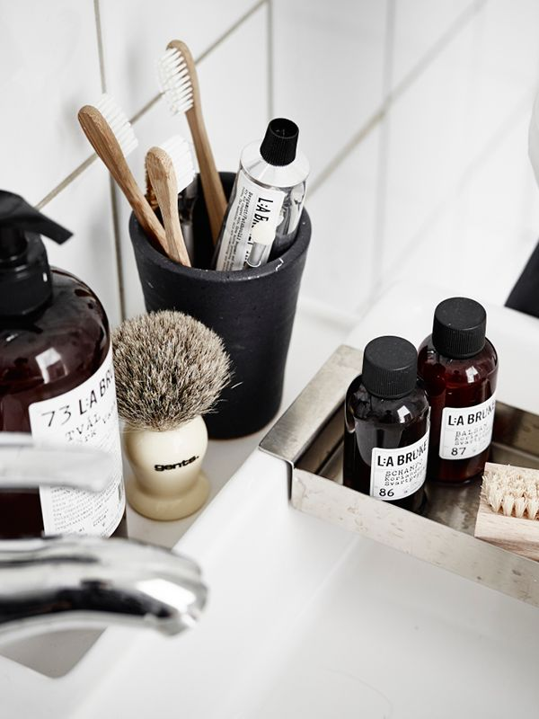 Black, White & Natural | Modern Bathroom Styling Details | Bath Essentials | Contemporary Design | Natural | Add an organic bamboo toothbrush | nakedtoothbrush.com | #inspiration #nakedbath